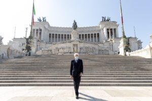 """25 aprile, Mattarella solo e con mascherina all'Altare della Patria: """"Ce la faremo"""""""