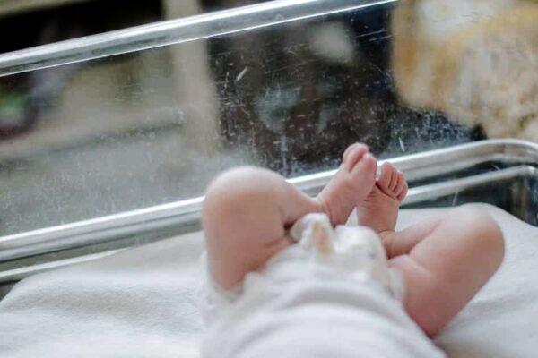 """""""Volete questa neonata?"""", padre disperato dà via la figlia di 2 mesi ai passanti"""