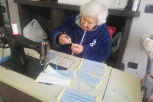 L'altruismo di nonna Antonietta: a 90 anni ha cucito e donato 10mila mascherine