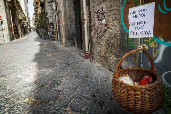 """The Guardian duro con gli italiani: """"Non cantano più perché non possono mangiare"""""""