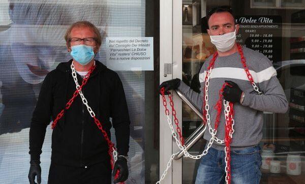 """Parrucchieri incatenati per protesta contro Conte: """"Siamo più sicuri degli autobus, vogliamo aprire"""""""