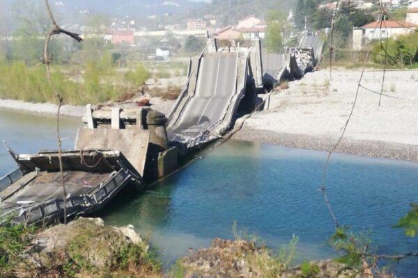 Crolla ponte in Toscana, viadotto spezzato sul fiume Magra: ferito autista