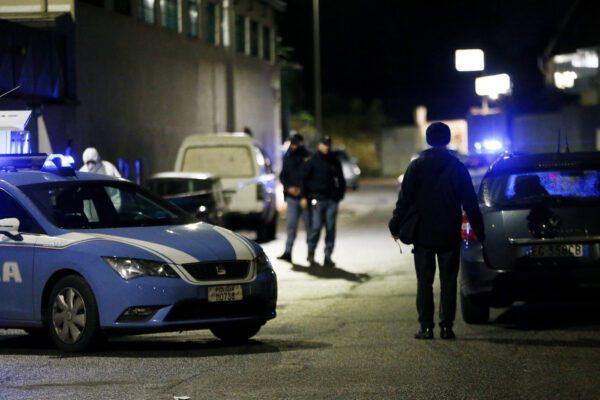 Uccide il fratello a coltellate davanti alla madre: l'omicidio dopo una lite in cucina
