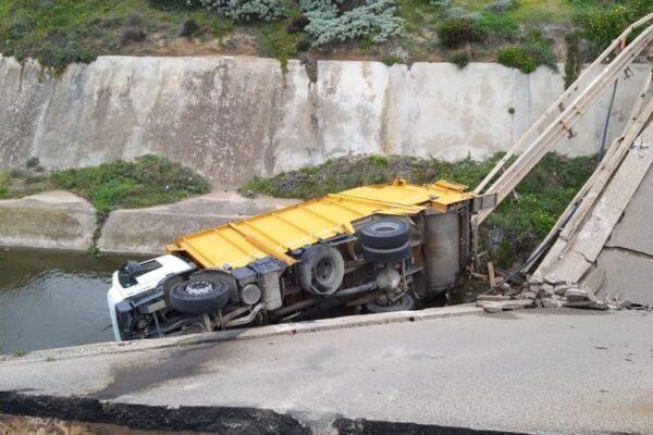 Ponte crolla mentre passa un camion, sfiorata la tragedia