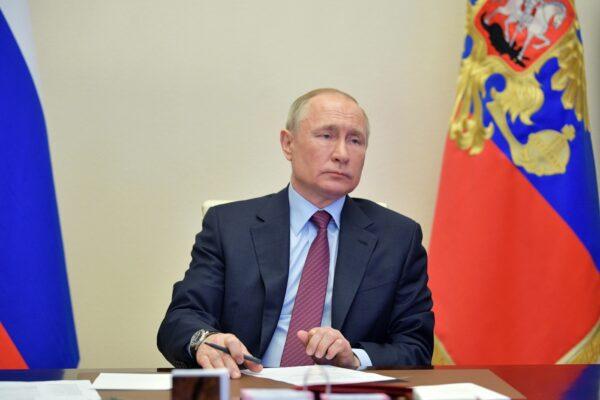 """Putin, mistero sulle condizioni di salute dello Zar russo: """"Ha il Parkinson, dimissioni nel 2021"""""""