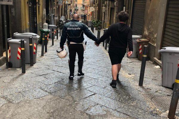 Ragazzo autistico si perde a Napoli, agente di polizia lo prende per mano e lo riporta dalla mamma