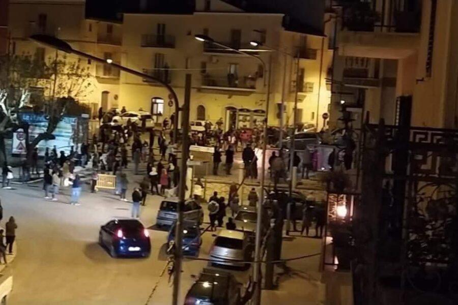Coronavirus, folla per il Venerdì Santo: più di 200 persone in strada