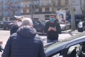 """[VIDEO] """"Non voglio una città senza nonni"""", lezione del sindaco-sceriffo ad anziano multato"""