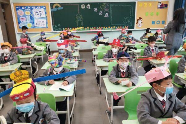 Bambini cinesi tornano a scuola, ecco come mantengono la distanza di sicurezza