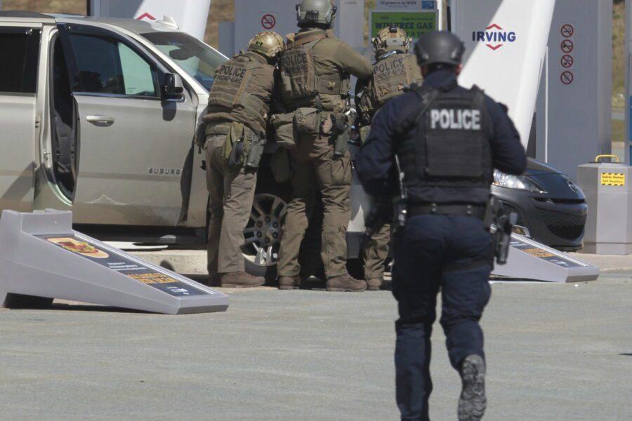 Killer vestito da poliziotto fa una strage: 12 ore di sparatoria e 16 morti