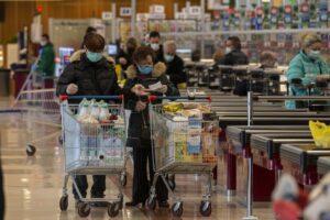 """Istat: """"Consumi -4% nel primo trimestre"""". Il coronavirus ha portato gli italiani indietro di 20 anni"""