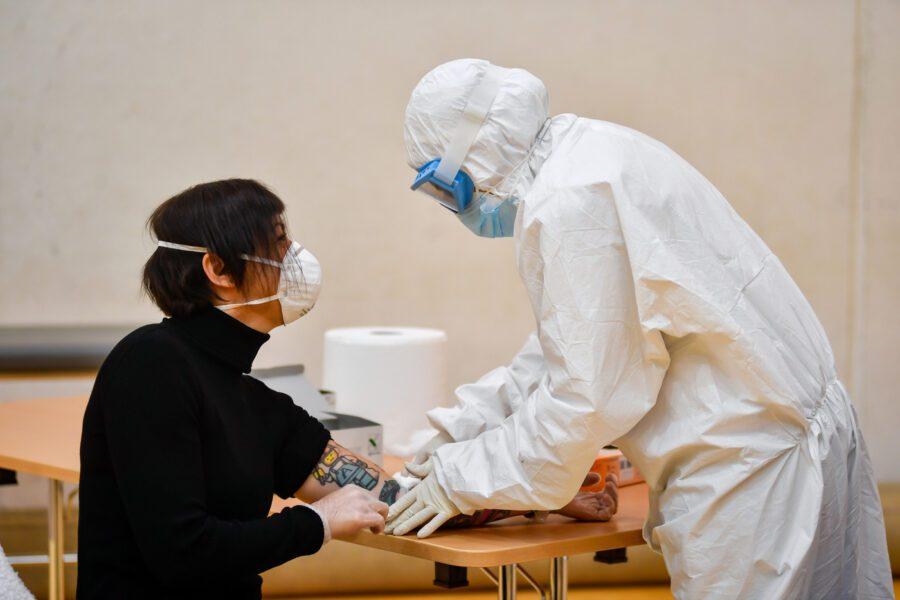 Coronavirus, dal 4 maggio via ai test sierologici: mascherine con prezzo massimo fissato