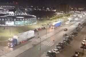 Napoli, tifo da stadio per l'arrivo della carovana di camion per il Covid-center