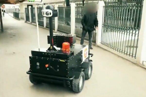 Coronavirus, poliziotto robot chiede documenti ai passanti