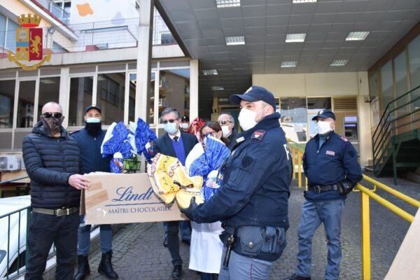 Ritrovano uova di Pasqua rubate, polizia e commercianti le donano ai bimbi dell'ospedale