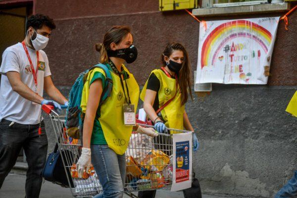 Napoli capitale di solidarietà, catene di volontari salvavita per mille famiglie