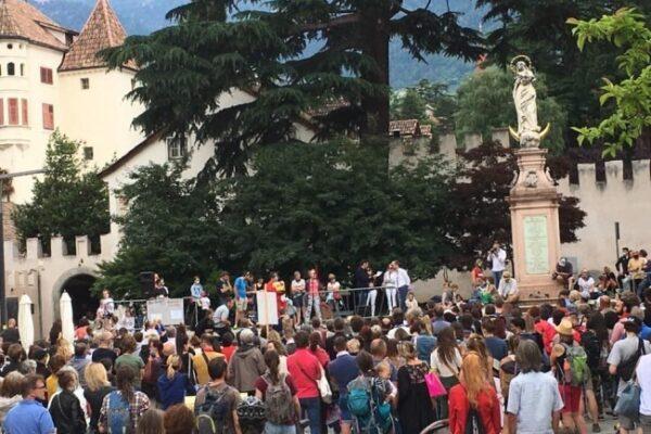 """Duecento No-Vax in piazza, niente mascherine e distanze: """"Vogliamo rimanere liberi"""""""