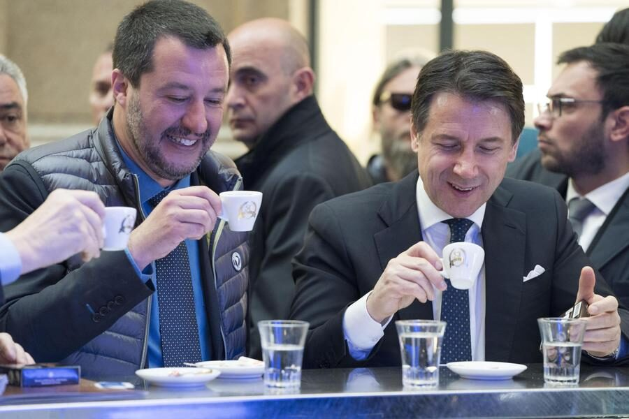 Il presidente del consiglio dei ministri Giuseppe Conte (D) con il vicepremier e Ministro degli Interni Matteo Salvini prendono insieme un caffè al termine di una conferenza stampa in un bar al centro a Roma, 13 marzo 2019.  ANSA/ UFFICIO STAMPA PRESIDENZA DEL CONSIGLIO- FILIPPO ATTILI  ++HO – NO SALES EDITORIAL USE ONLY++