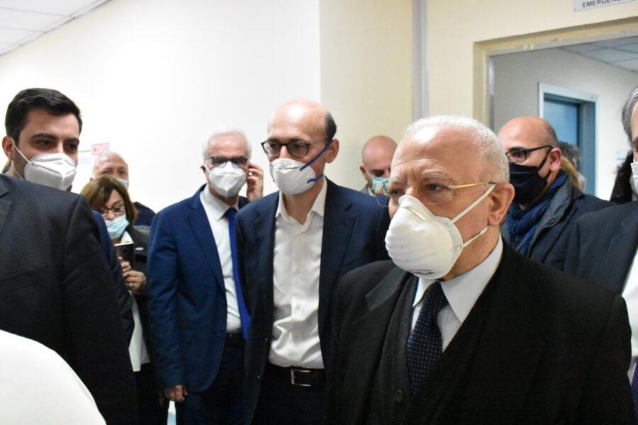 """De Luca contro gli imbecilli delle mascherine: """"Scemo chi la utilizza come ciondolo"""""""