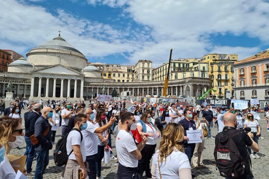 """Agenzie di viaggio in ginocchio, protesta a Napoli: """"Siamo chiusi da ottobre, il Governo ci prende in giro"""""""