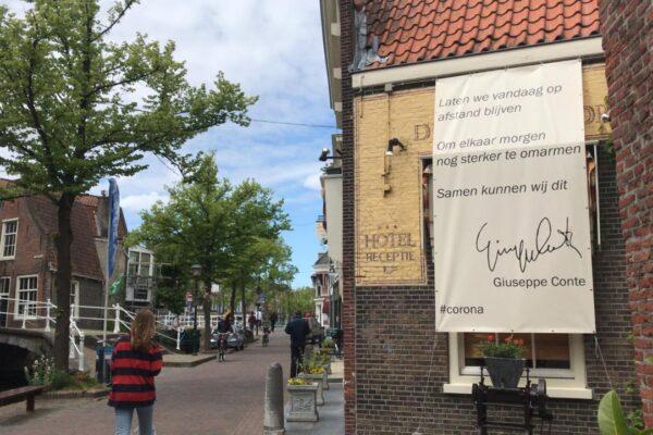"""""""Ci abbracceremo più forte domani"""", le parole di Conte diventano un manifesto in Olanda"""