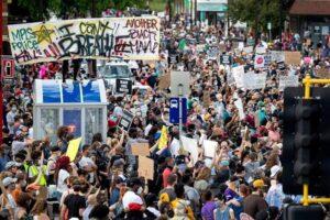 Minneapolis, proteste per omicidio George Floyd: uomo ucciso a colpi d'arma da fuoco