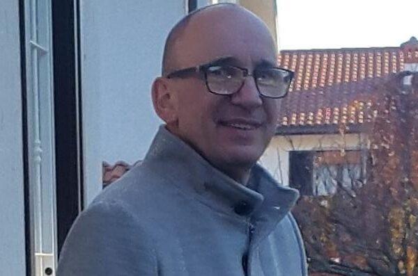 Padre di famiglia muore per Covid, l'azienda assume la moglie senza lavoro e con tre figli