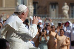 San Pietro riapre ai fedeli: prima messa di Papa Francesco in onore di Giovanni Paolo II