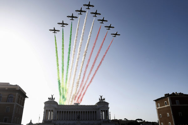 Foto: Cecilia Fabiano-LaPresse  04-11-2019 Roma( Italia)  Cronaca: Festa delle Forze Armate  Nella Foto: le frecce tricolore a piazza Venezia   Photo: Cecilia Fabiano- LaPresse  November ,04, 2019 Rome ( Italy )  News : Armed Forces Day  in The Pic : the passage of the  tricolor arrows