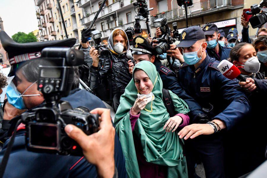"""Silvia Romano è tornata nella sua casa di Milano: """"Rispettate questo momento"""""""