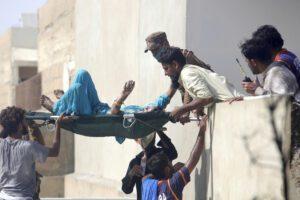 Pakistan, aereo passeggeri precipita tra le case: a bordo oltre 100 persone
