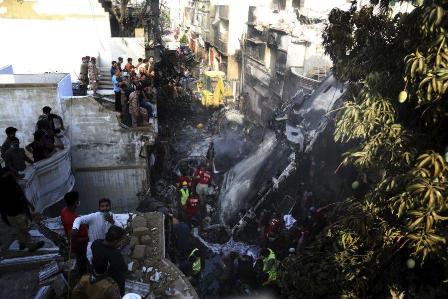 Aereo caduto in Pakistan, il bilancio: 97 morti e 2 feriti