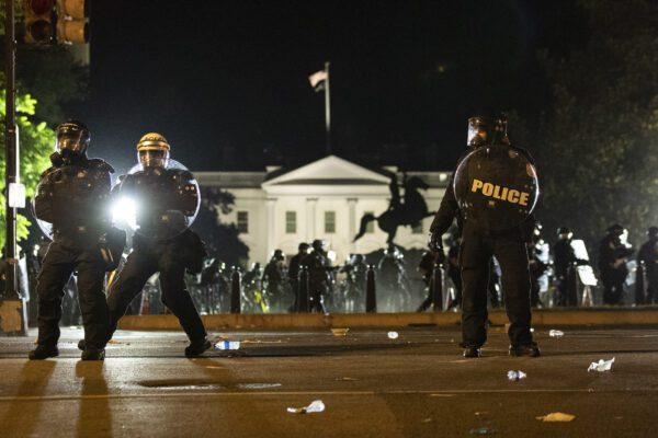 Usa in fiamme, dilagano le proteste: Trump chiuso in bunker Casa Bianca dopo l'assedio