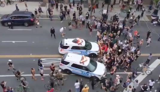 Omicidio Goerge Floyd, auto polizia sui manifestanti