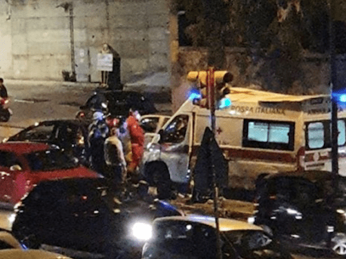 Napoli, schianto alla rotonda: auto contro tabellone pubblicitario, grave 38enne