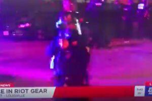 Polizia spara contro giornalista: proiettili al peperoncino durante la diretta