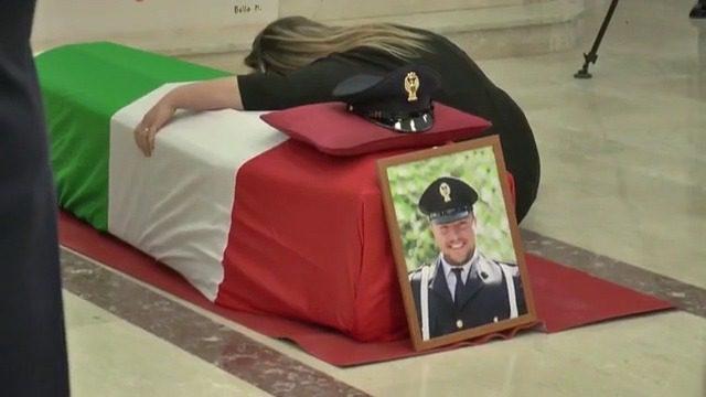 """Funerali Lino Apicella, il questore alla vedova del poliziotto: """"Dì ai tuoi figli che il papà è un eroe"""""""