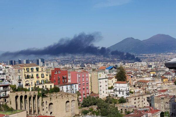 Incendio nell'ex campo rom: colonna di fumo visibile da tutta la città