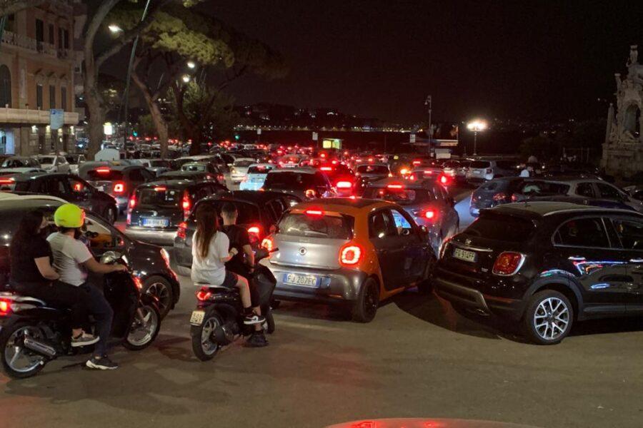 A Napoli ritorna la febbre del sabato sera: traffico in tilt e mascherine come ciondoli