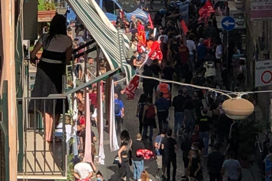 Napoli, scontri al corteo senza distanziamento: tre poliziotti feriti