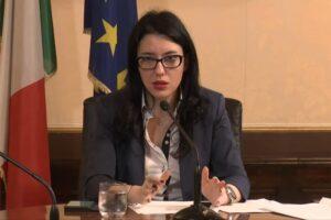 """La ministra Azzolina come Vulvia: """"Lo studente non è un imbuto da riempire"""". E partono gli sfottò social"""