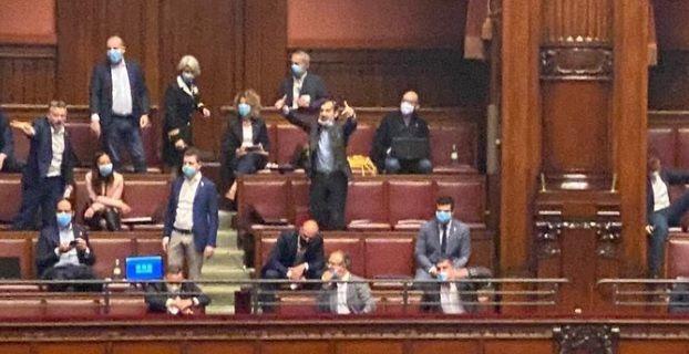 """Caos in Aula, deputati di FdI e Lega si tolgono la mascherina: """"Ti faccio un c*** così"""""""