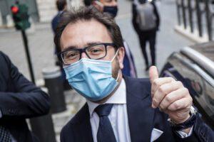 Sfiducia a Bonafede, respinte le due mozioni in Senato: Renzi 'salva' la tenuta del Governo