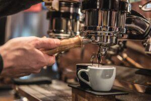 """Regala 50 euro al bar dopo aver preso il caffè: """"Lavoro nel pubblico anche tu mi paghi lo stipendio"""""""