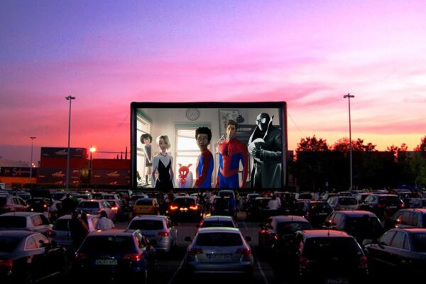 Il drive-in rinasce 'grazie' al Coronavirus, il mondo riscopre il cinema all'aperto