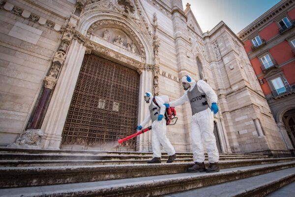 Fase2, L'Esercito igienizza le chiese a Napoli per l'avvio delle celebrazioni in sicurezza