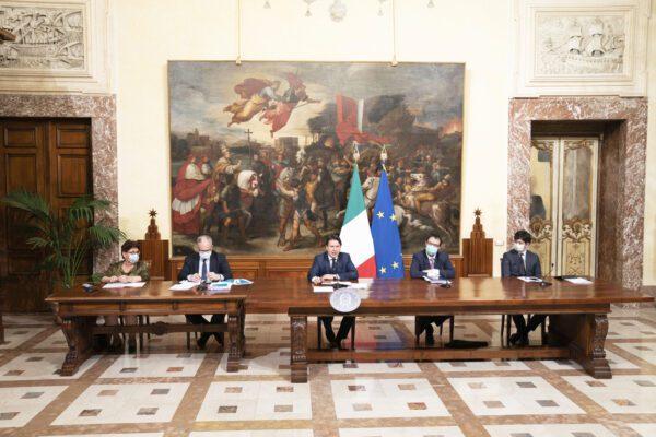 """Decreto Rilancio, Conte: """"Reddito d'emergenza fino a 800 euro. No agli spostamenti tra regioni"""""""