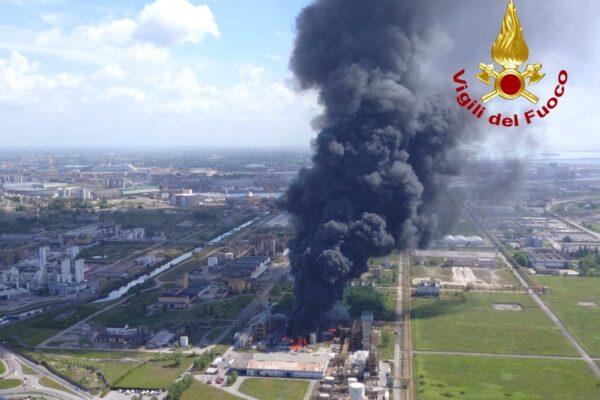 """Brucia stabilimento chimico a Marghera, due operai feriti. Il Comune: """"Chiudete finestre e restate in casa"""""""
