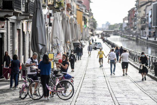 Milano, revocato il divieto sull'asporto di alcolici di sera