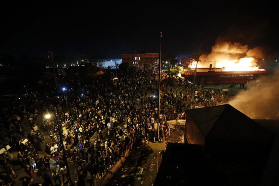 """Minneapolis in fiamme per George Floyd, brucia il commissariato. Trump: """"Con i saccheggi iniziamo a sparare"""""""